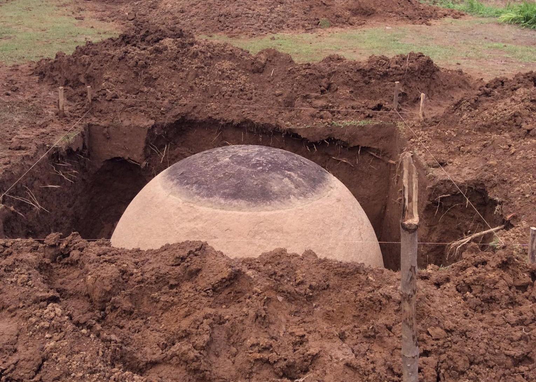 Kamenná koule která byla právě objevena v Kostarice