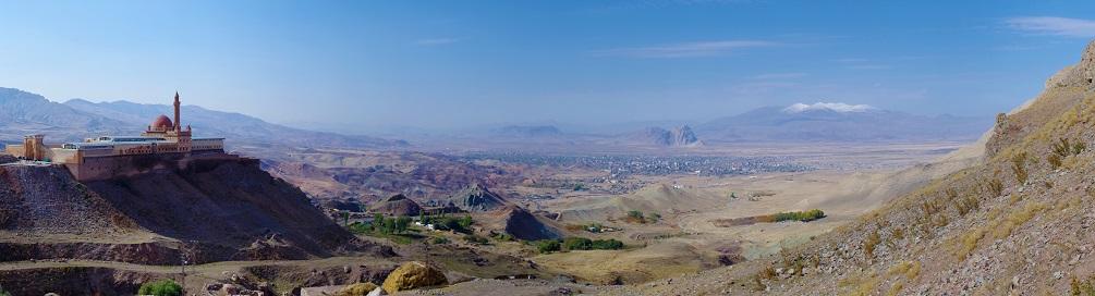 Pohled na Ishak Pasha Palace a horu Ararat.