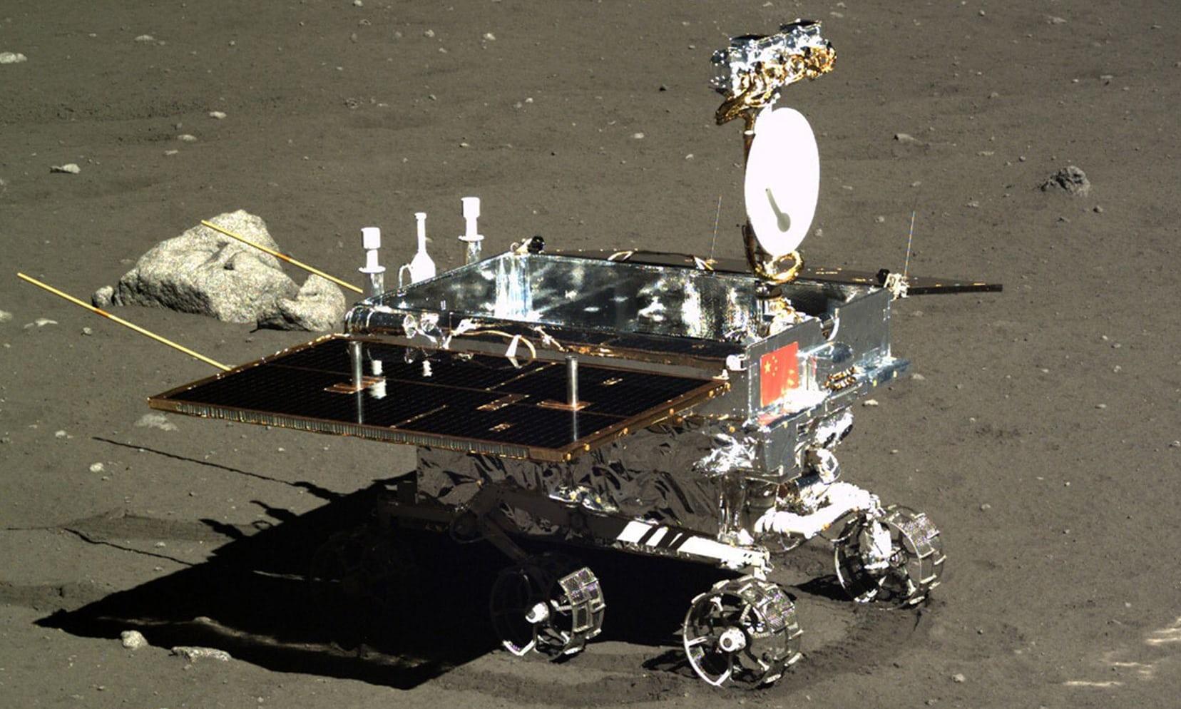 Čínské vozítko Nefritový králík na povrchu Měsíce.