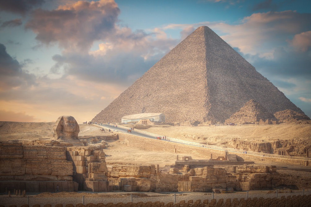 Velká pyramida v Gíze se Sfingou v popředí.