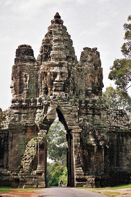 Brána vedoucí do Angkor Thom.